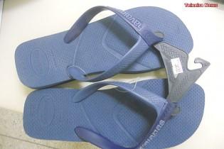 Imagem ilustrativa, esse par de sandálias custa o dobro do valor da que o rapaz furtou.