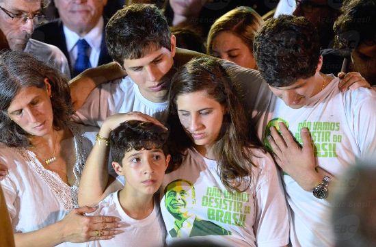 Esposa e filhos de Eduardo Campos no momento de despedida