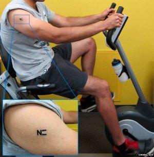 A cientista acoplou um sensor de lactato a uma tatuagem temporária.