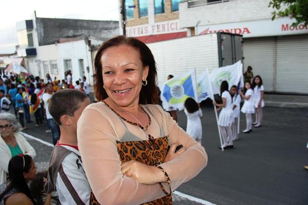 Lelinha disse que não sabia pata onde olhar diante de tanta beleza do desfile.