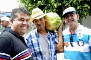 Ao lado do ex-prefeito Alex posa com um agricultor