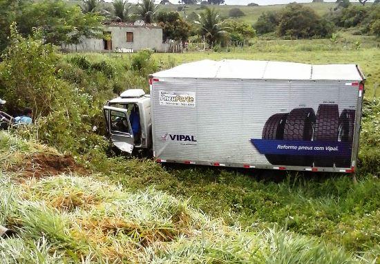 Acidente aconteceu com um caminhão cuja empresa está bem próxima do local, conforme pode ser vista na foto acima.