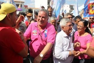 Carletto no cumprimento as pessoas ao lodo do prefeito Jorge Andrade
