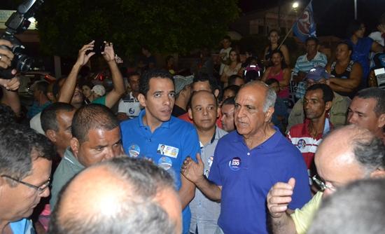 Prefeito André Martins na Praça, Geddel estava a alguns metros de distância.