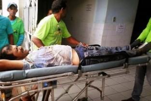 Motorista sendo socorrido com suspeita de fratura em uma das pernas.