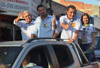 Rui Costa, prefeito Osni Cardoso e Otto Alencar no desfile.