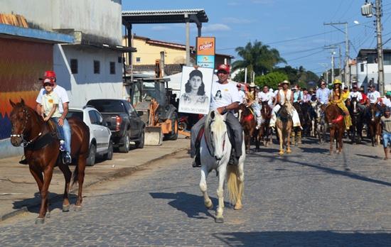 A primeira ala do desfile tradicionalmente traz os organizadores com a foto da mãe deles Maria do Carmo.