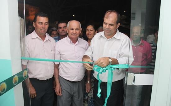 Presidente Antônio Cláudio corta a fita inaugural na presença de diretores e cooperados.