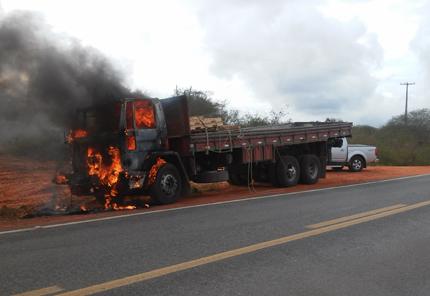 incendio em caminhão br 116 norte 2