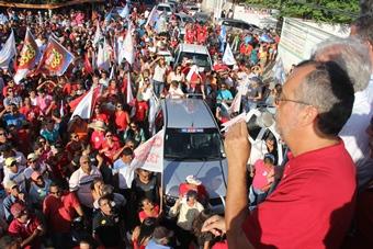 Ismael Ferreira fala para uma praça repleta de pessoas.