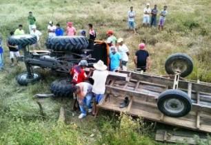 Máquina agrícola seguia com reboque.