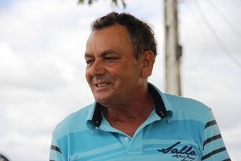 Verador Afonso disse que vota em Souto,  mas nenhum santinho foi visto no bolso.