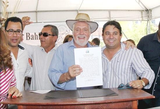 Ao lado de Igor Nunes prefeito de Tucano e Silva neto de Araci ordem de serviço é assinada.