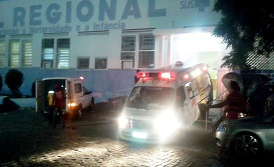 As duas ambulâncias chegaram ao mesmo tempo no hospital.