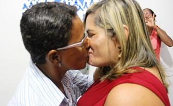 Um dos convidados perguntou: não vai ter um beijo não? O casal não pensou duas vezes a fez o que é de mais tradicional em um casamento.