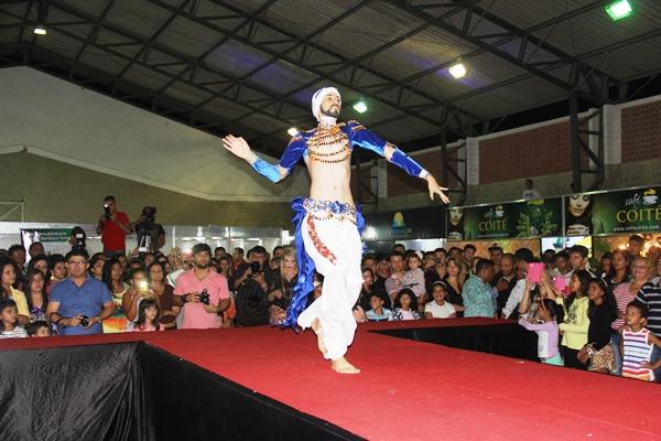 A abertura do desfile contou com a participação de Lucas Afonso, que deu um show de Dança Árabe