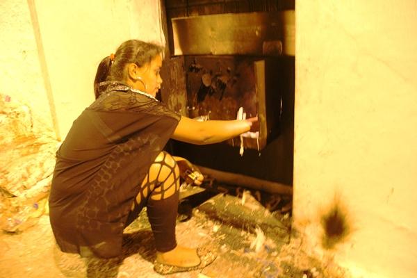 Tamires se contentou em acender velas na primeira capela.