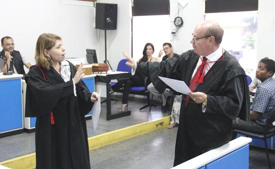Enquanto a promotora tentava convencer os jurados a votar a favor da  condenação o advogado levantou-se para tentar justificar algo, mas o promotora pediu que o mesmo a deixasse concluir sua parte.