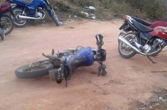 Vítima estaria nessa moto caída quando teve que parar numa barreira.