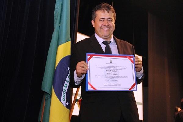 Alex da Piatã exibe seu segundo diploma para atuar na vida pública depois de 2 anos, quando recebeu de vice-prefeito de Coité.