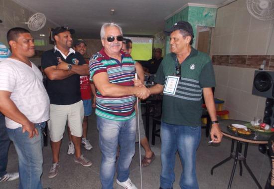 Presidente da LABRE Etevaldo Pereira, parabenizando o ganhador do prêmio.