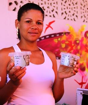 Marilza Daltro mostra com orgulho seus produtos.