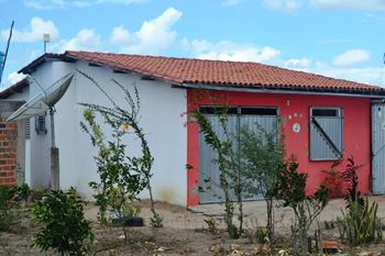 Essa casa o dono reforçou com portão e janela de aço.