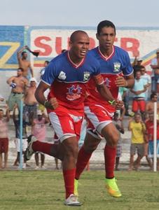 Edmundo comemora o primeiro gol luzense