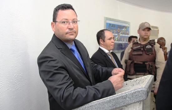 Fabrício nega ter assinado a renuncia, e tem o apoio dos colegas e do líder Ari de Almerindo que viajou junto com ele para São Paulo. Segundo ele,postaram fotos, tem passagens aéreas e fotos que compravam a viagem e não tem como ter assinado nada.