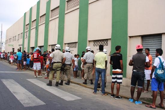 Compra de ingressos no Estádio Adauto Morais - foto- Raimundo Mascarenhas