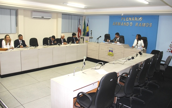 Todas as cadeiras vazias pertencem aos vereadores de oposição, inclusive a do lado direito de presidente que pertence ao vice Araújo.