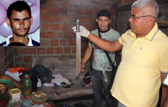 Policial Civil mostra o facão supostamente usado no crime