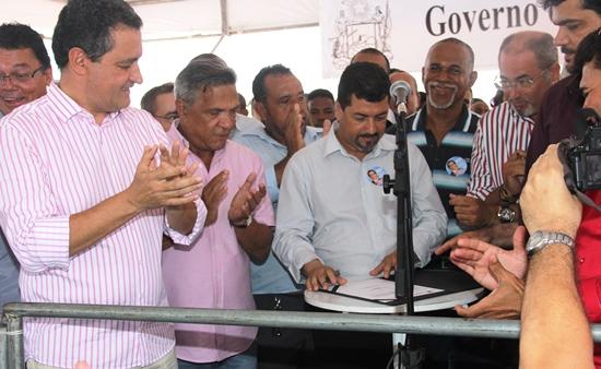 Câmera acompanha assinatura de novos convênios pelo prefeito Roque