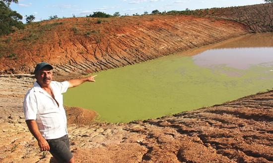 No período da longa estiagem Zé Ferreira pegava seu carro e andava mais de 40 km para conseguir mil litros d'água.