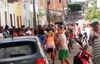 População movimentou a rua onde ocorreu o crime.