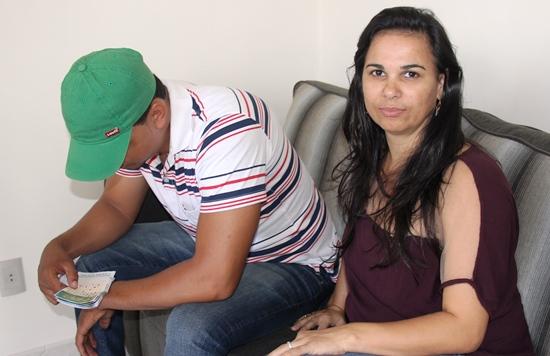 Mauricio ao lado da noiva Neide Costa não para de olhar o jogo e disse não acreditar.