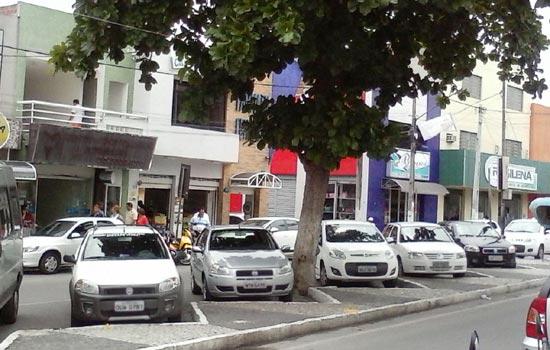 Os veículos estacionados em ângulo deveriam ser taxi. Pelo contrário no momento da foto nenhum de placa vermelha.