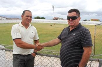 Cláudio (D) aposta da experiência de Rau que passou por 17 clubes profissionais.