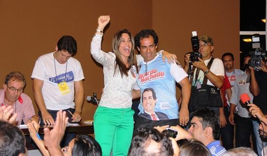 Quitéria comemora abraçada ao candidato derrotado.