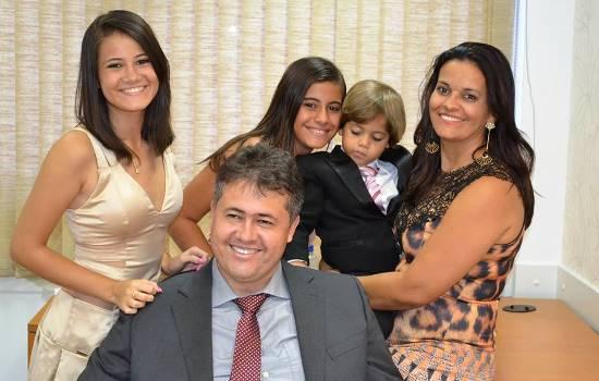 Deputado Alex feliz ao lado da família.