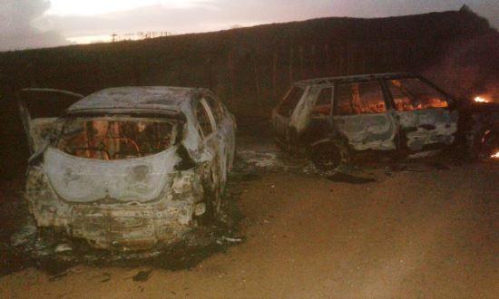 Na fuga a quadrilha queimou dois carros usados no assalto.