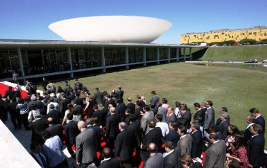 A situação é unânime de reclamação, a falta de repasse de valores significativos por parte do Governo Federal e cortes de verbas. Muitas marchas para Brasilia, mas   os recursos não chegam.