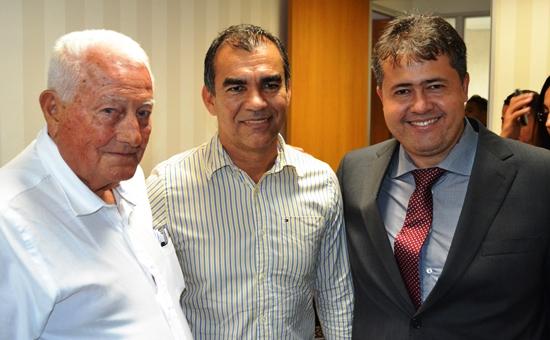 O prefeito Assis eleito ao lado de Alex em 2012 marcou presença ao lado do advogado Edmar Gordiano.