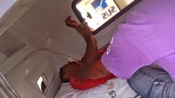 Jovem na ambulância quando estava sendo transferido.