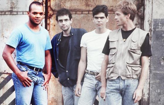 Renato Rocha (de azul) fez parte da primeira formação da banda liderada por Renato Russo (de roupa escura)
