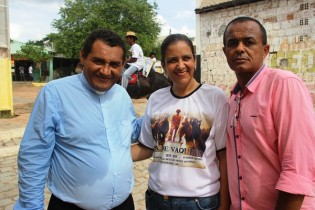 Renata ao lado de José Messias fez questão de registrar uma foto ao lado do Frei.