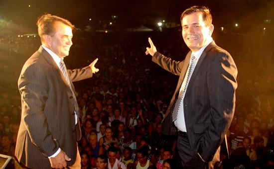 Almir (E) e Tita agradecendo a presença da população barroquense e visitantes.