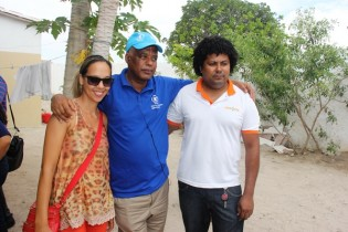 Flaviano Santiago (D)  ao lado da colega Luzia e um dos etíopes.