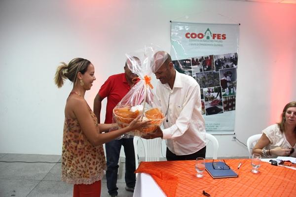 Cesta de alimentos não perecível entregue por Luzia coordenadora de Finanças da COOAFES