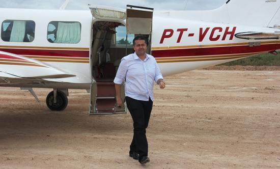 Alex chegou em uma das aeronaves da comitiva às 09h.